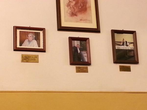 Il muro con le foto degli amici dell'Osteria Gozzi