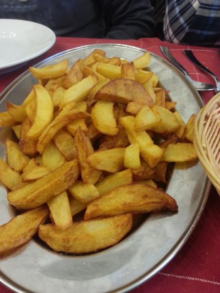 Le patate fresche fritte