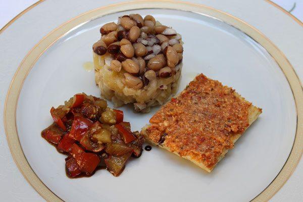 Torretta-di-triglie-e-patate-ai-semi-di-anice,-con-bruschetta-alla-crema-di-pomodori-secchi-e-cacioricotta-e-melanzane-rosse-in-agrodolce