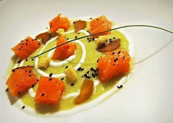 Dadolata-di-salmone-marinato-su-zucchetta-verde-e-yogurt