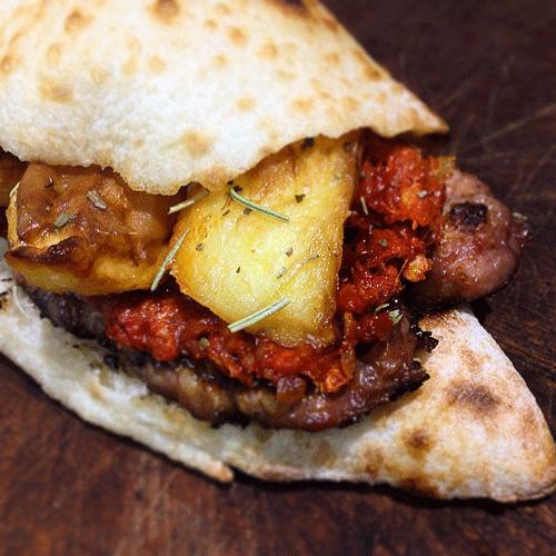 Panino-Salsiccia-di-maiale-nero-patate-al-forno-e-peperoni