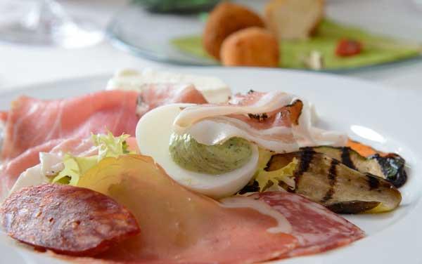 Villa-Chiara---Tagliere-di-salumi-e-latticini-con-verdure-(2)