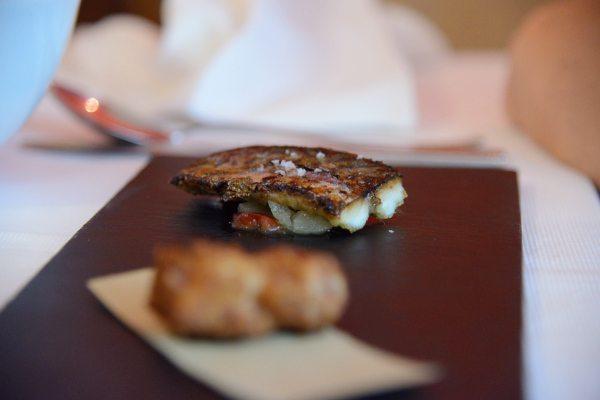 Tris di pesce zuppa di vongole e sugherello pane alle carrube sgombro beccafico e carpione, crocchette di moscardini  (2)