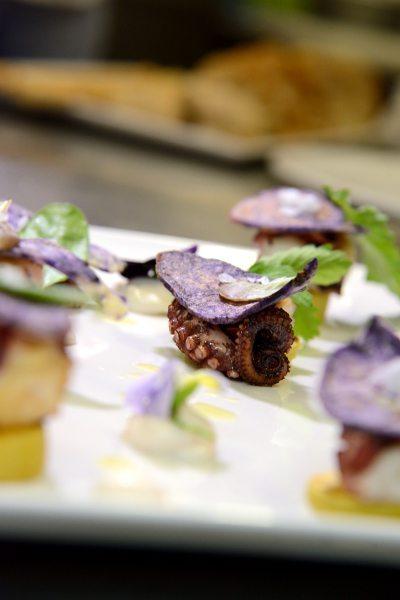 polpo e patate alla griglia,maionese,chips di patata viola ed erbe di campo