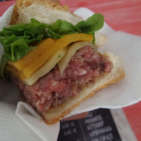 L'Easy-Burger-special-con-lattugnina,-emmentaler-e-pesca-sciroppata