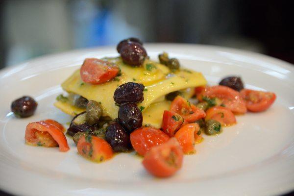 raviolo di baccalà mantecato con olive capperi e pomodorini (4)