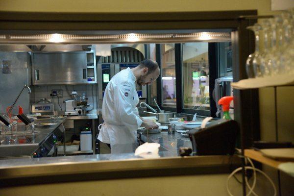 triglia alla parmigiana bianca con zucchine e provola su crema al pomodoro di Sorrento (2)