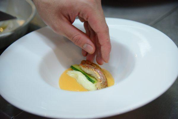 triglia alla parmigiana bianca con zucchine e provola su crema al pomodoro di Sorrento (3)