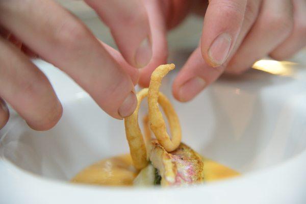 triglia alla parmigiana bianca con zucchine e provola su crema al pomodoro di Sorrento (4)