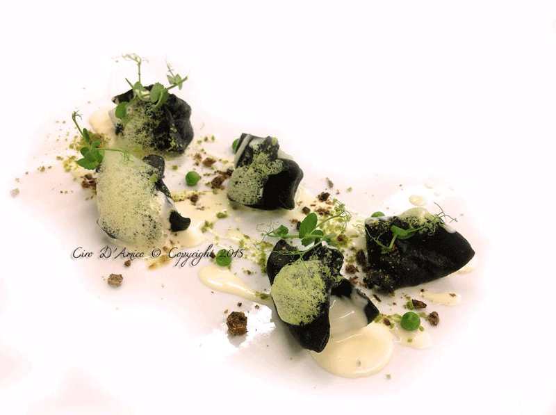 Fazzoletti-al-Nero-di-Seppia-ripieni-di-Baccalà-mantecato-salsa-bagnacalda-alle-acciughe-e-aria-di-piselli