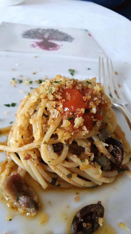 spaghetti con pomodorini del piennolo ed alici di menaica