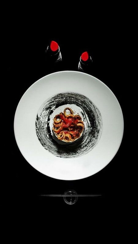 Base di pizza con tartare di mozzarella di bufala campana dop, calamari al caffè, nero di seppia e olio evo - Gennaro Nasti - Foto Varoli
