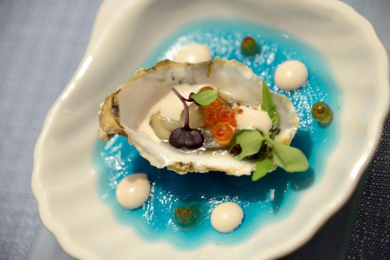 Ostrica, uova di salmone e maionese di polpo su gel di mare