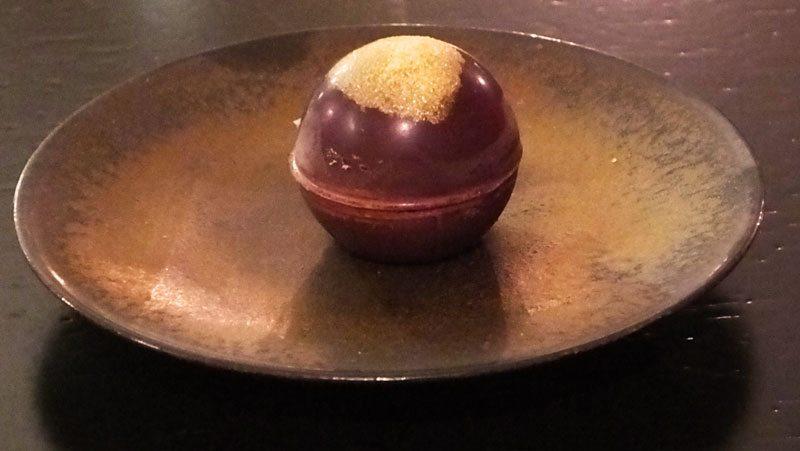 Pralina di cioccolato con cuore di amarena e gorgonzola