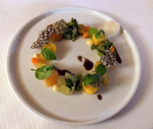 Insalata di frutta e verdura con salse vegetali