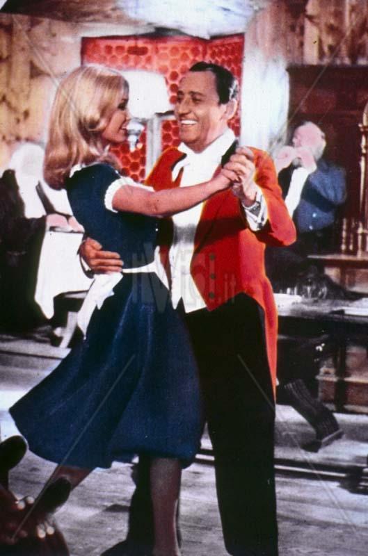 Alberto Sordi balla con Janet Agren