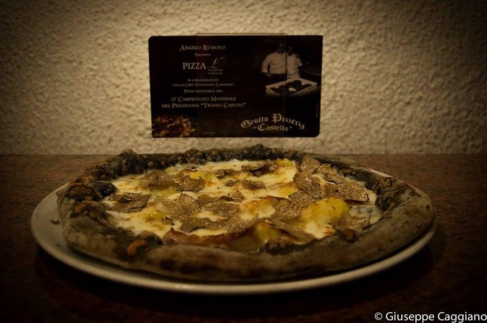 Pizza al carbone vegetale con patate, pancetta, scamorza e tartufo nero